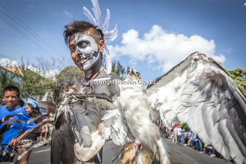 Quer&eacute;taro, Qro. 13 de Septiembre de 2015.- Con el Desfile de las diferentes mesas o grupos de danzas, contin&uacute;an los festejos de la Fiesta Grande de la Exaltaci&oacute;n de la Santa Cruz de los Milagros.<br /> <br /> En &eacute;ste desfile participaron mesas de danzas Yaquis, Aztecas, Apaches y Soldados, Chichimecas; de diferentes estados del pa&iacute;s y algunos del extranjero; en donde tienen empe&ntilde;ada su palabra omejor dicho, tienen el compromiso de acudir a venerar a la Santa Cruz de los milagros que se encuentra el altar superior de la Iglesia de la Santa Cruz.    <br /> <br /> Foto: Demian Ch&aacute;vez.