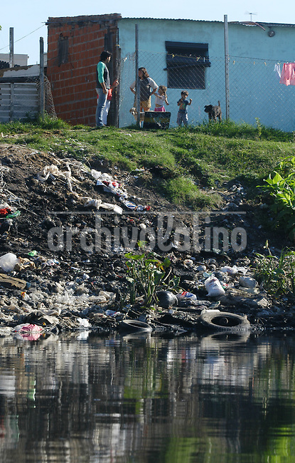 Basura y desperdicios flotan en las aguas del Riachuelo. El río recibe los desperdicios industriales, desechos químicos,  la basura y desagues cloacales de decenas de precarias viviendas asentadas a lo largo de las márgenes del río.El Riachuelo es uno de los ríos más contaminados del mundo.+ medioambiente, contaminacion, ecologia, polucion  *Garbage and waste float over the waters of the Riachuelo, the river that skirts the city of Buenos Aires. For more than one century, the river received industrial waste, including hazardous chemicals, and garbage and sewers from dozens of shantytowns stablished along its margins. Environmental specialists consider the Riachuelo one of the most polluted rivers of the world.+ecology, environment, pollution, contamination *Déchets et ordures flottent dans le Riachuelo. Le fleuve reçoit les déchets industriels, chimiques, ainsi que tous les ordures ménagères et déchets des personnes défavorisés qui vivent le long des rives de ce fleuve. Le Riachuelo est le fleuve le plus pollué et contaminé du monde. +pollution, environnement, écologie, rivière