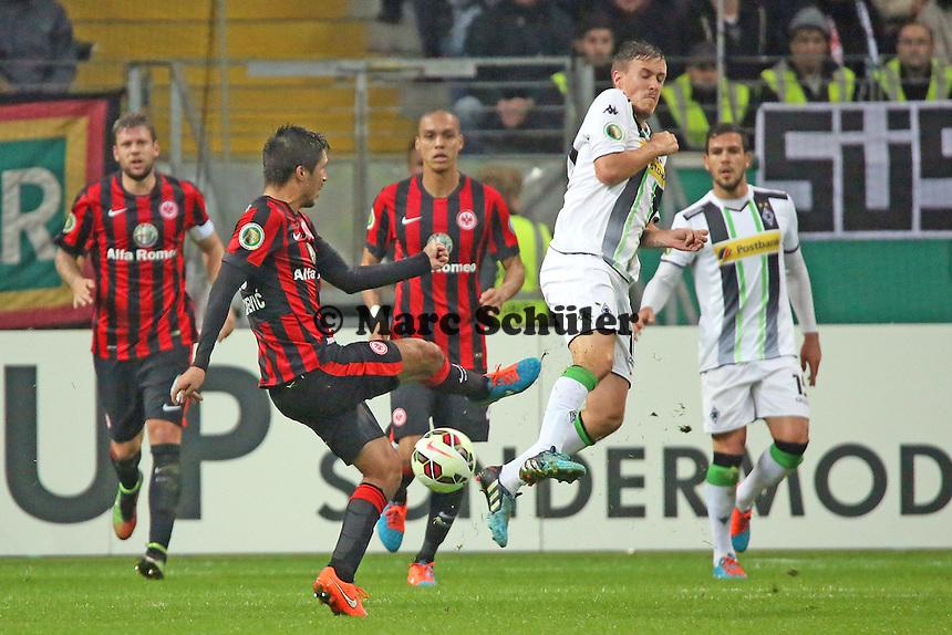 Slobodan Medojevic (Eintracht) gegen Max Kruse (Gladbach) - Eintracht Frankfurt vs. Borussia Mönchengladbach, DFB-Pokal 2. Runde, Commerzbank Arena