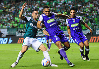 PALMIRA - COLOMBIA - 14 - 03 - 2018: Daniel Giraldo (Izq.) jugador de Deportivo Cali disputa el balón con Ray Vamegas (Der.) jugador de Once Caldas, durante partido entre Deportivo Cali y Once Caldas de la fecha 8 por la liga Aguila I 2018, jugado en el estadio Deportivo Cali (Palmaseca) en la ciudad de Palmira. / Daniel Giraldo (L) player of Deportivo Cali vies for the ball with Ray Vamegas (R) player of Once Caldas, during a match between Deportivo Cali and Once Caldas of the 8th date for the Liga Aguila I 2018, at the Deportivo Cali (Palmaseca) stadium in Palmira city. Photo: VizzorImage  / Nelson Rios / Cont.