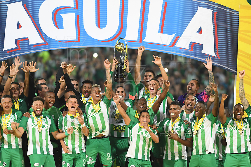 MEDELLIN- COLOMBIA, 1-11-2018: jugadores del Atlético Nacional   levantan la Copa  Aguila 2018 de campeones al ganar al Once Caldas  durante partido por la final vuelta de la Copa Águila 2018 jugado en el estadio Atanasio Girardot  de la ciudad de Medellín . / Atlético Nacional players lift the 2018 Copa Aguila of champions by winning the Once Caldas during  match for the second leg final of the Aguila Cup 2018 played at the Atanasio Girardot Stadium in Medellin  city. Photo: VizzorImage /Julián Medina / Contribuidor