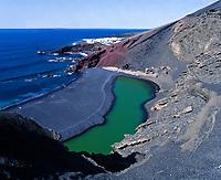 Spanien, Kanarische Inseln, Lanzarote, El Golfo: Kratersee El Golfo, gruen schimmernde Lagune | Spain, Canary Island, Lanzarote, El Golfo: crater lake El Golfo, green lagoon