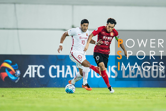 Shanghai FC Forward Givanildo Vieira De Sousa (Hulk) (L) in action against Guangzhou Midfielder Zheng Zhi (R) during the AFC Champions League 2017 Quarter-Finals match between Guangzhou Evergrande (CHN) vs Shanghai SIPG (CHN) at the Tianhe Stadium on 12 September 2017 in Guangzhou, China. Photo by Marcio Rodrigo Machado / Power Sport Images