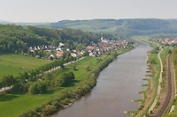 Weser, Weserbergland, Fluß, Fluss, Blick vom Skywalk, Weser-Skywalk an den Hannoversche Klippen bei Würgassen, mit Blick auf den Ort Herstelle