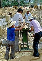 Agricultores trabalhando com milho. El Salvador. 1981. Foto de Juca Martins.