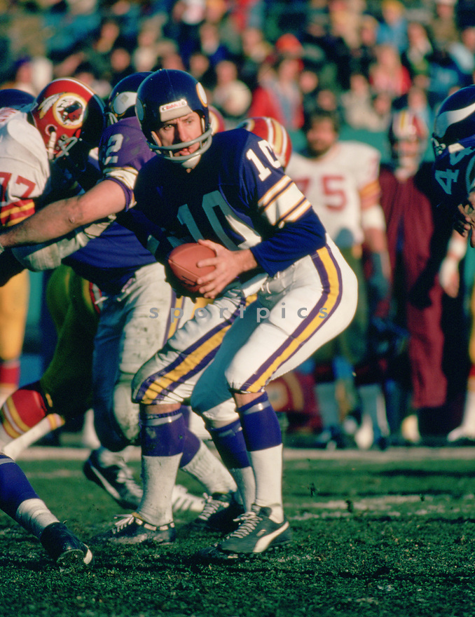Minnesota Vikings Fran Tarkenton(10) in action during a game from the 1976 season with the Minnesota Vikings. Fran Tarkenton played for 18 years with two different teams, was a 9-time Pro Bowler and was inducted to the Pro Football Hall of Fame in 1986.(SportPics)