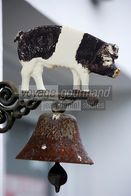 Europe/France/Aquitaine/64/Pyrénées-Atlantiques/les Aldudes : Détail de la cloche à l'entrée  de la maison de Pierre Oteiza éleveur de porcs basques, porcs élevés en liberté dans la vallée des Aldudes
