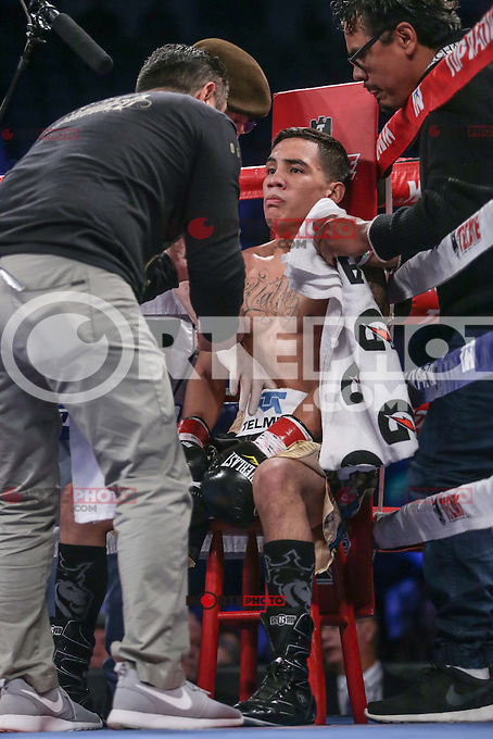 The Mexican boxer originally from Sonora Nogales, Oscar Valdez (gold) won by knockout night of Saturday to Ernie Sanchez city of Zamboanga del Sur (red) during boxing match featherweight held at the Tucson Convention Center Arizona. Photo: Luis Gutierrez