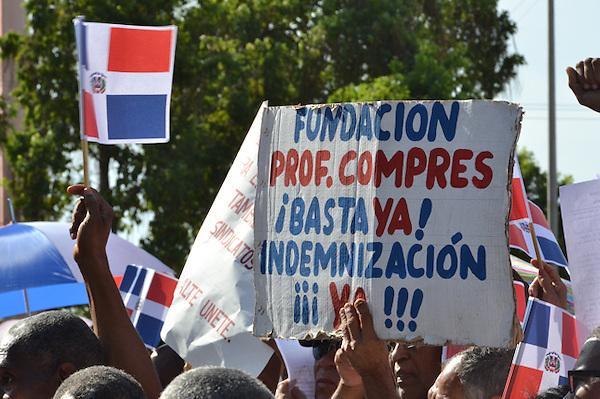 Protesta frente al Congreso Nacional de los Trabajadores del muelle de Haina, en demanda de que sea incluidos en el presupuesto nacional del 2014.<br /> Foto: Ariel D&iacute;az-Alejo/acento.com.do.<br /> Fecha: 31/10/2013.