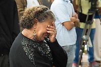 SAO PAULO, SP, 09.05.2014. SEPULTAMENTO - JAIR RODRIGUES.   Fã se emociona durante  o sepultamento do cantor Jair Rodrigues na manhã desta sexta feira, na capela do cemitério Gethsemani, no Morumbi. (Foto: Adriana Spaca/Brazi Photo Press)