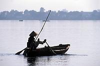 Asie/Vietnam/Hanoi: pêcheur sur le lac de l'Ouest - Ancien Lac des Brumes - Ho Tay