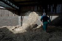 La ferme de la famille Deturche est une exploitation agricole du Bassin lémanique, en Haûte-Savoie. Ils sont éleveurs laitiers. Trois générations se côtoient. Les anciens passent la main mais sont encore actifs au sein de l'exploitation. La transmission ne se passe pas sans conflits.