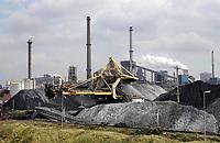 Nederland -  Velsen - 2019.    Tata Steel industrie. Bergen ijzererts en kolen. De duinen van Velsen-Noord.   Foto Berlinda van Dam / Hollandse Hoogte