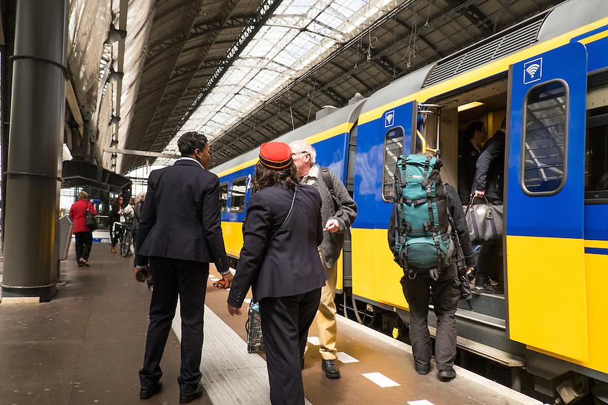 Nederland, Amsterdam, 30 mei 2015<br /> NS-sation Amsterdam Centraal. Trein staat gereed op het perron, in en uitstappende reizigers. Medewerkers van de ns geven reizigers informatie over de treinen, vooral omdat die wegens werkzaamheden vertraging heeft of via een andere route rijdt.<br />  <br /> Foto: Michiel Wijnbergh