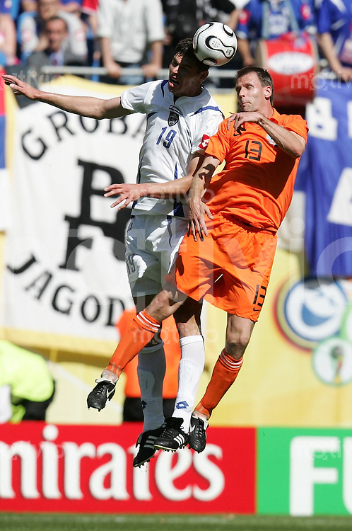 Fussball WM 2006  Gruppenspiel  Vorrunde Gruppe C Serbien Montenegro - Holland  Nikola ZIGIC (SCG) gegen Andre OOIJER (NED)