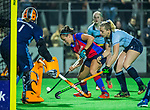 BILTHOVEN - Hockey - Charlotte Stapenhorst (SCHC) in duel met Florine van Grimbergen (Laren) en links keeper Joyce Sombroek (Laren)    tijdens de competitie hoofdklasse hockeywedstrijd  SCHC-LAREN . COPYRIGHT KOEN SUYK