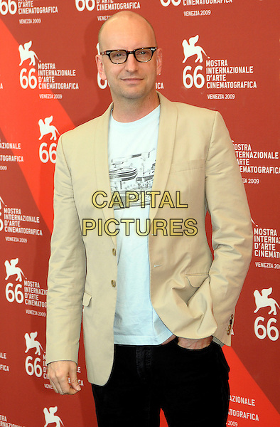 "STEVE SODERBERGH.Photocall for ""The informant!"" at Palazzo del Casino during the 66th Venice Film Festival, Venice, Italy..September 7th, 2009.half length beige brown suit jacket blue top hand in pocket glasses .CAP/RD.©Richard Dean/Capital Pictures."