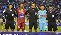 LA PAZ - BOLIVIA, 01-06-2017: Sandro Ricci (C) (BRA), árbitro, posa para una foto junto a Fainer Torijano, capitan del Tolima y Juan Arce, capitan del Bolivar previo al partido de la primera fase, llave 16,entre Bolívar de Bolivia y Deportes Tolima de Colombia por la Copa Conmebol Sudamericana 2017 jugado en el estadio Hernando Siles de la ciudad de La Paz, Bolivia. / Sandro Ricci (C) (BRA), referee, poses with Fainer Torijano, captain of Tolima and Juan Arce, captain of Bolivar prior the match for the first phase, Kye 16, between  Bolivar de Bolivia and Deportes Tolima of Colombia for the Conmebol Sudamericana Cup 2017 played at Hernando Siles stadium in La Paz, Bolivia. Photo: VizzorImage / Daniel Miranda / APG Noticias / Cont