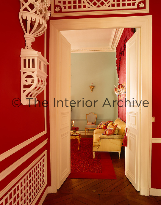 Vibrant red and white creates a warm and welcoming atmopshere at the entrance to the drawing room