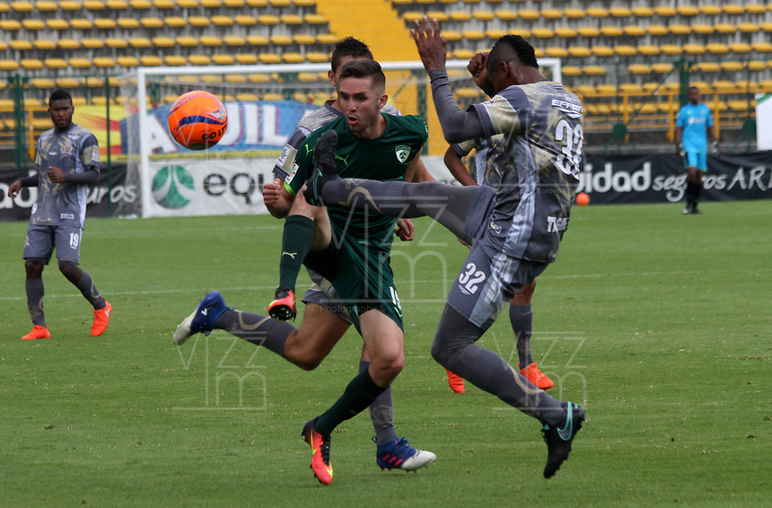 BOGOTA -COLOMBIA, 16-04-2017. Jean Carlos Blanco (L) player of La Equidad fights the ball against of  Jorge Lozano (R)  palyer of Tigres FCl .Action game between  La Equidad and Tigresl during match for the date 13 of the Aguila League I 2017 played atMetroplitano de Techo  stadium . Photo:VizzorImage / Felipe Caicedo  / Staff