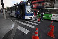 SAO PAULO, SP, 26/08/2012, INCENDIO EM ONIBUS.  Meliantes atearam fogo em um onibus na noite de ontem (25) na Av. Dep. Cantidio Sampaio numero 2.525, mas gracas a rapida acao do motorista, o fogo foi contido com um extintor de incendio. Luiz Guarnieri/ Brazil Photo Press.