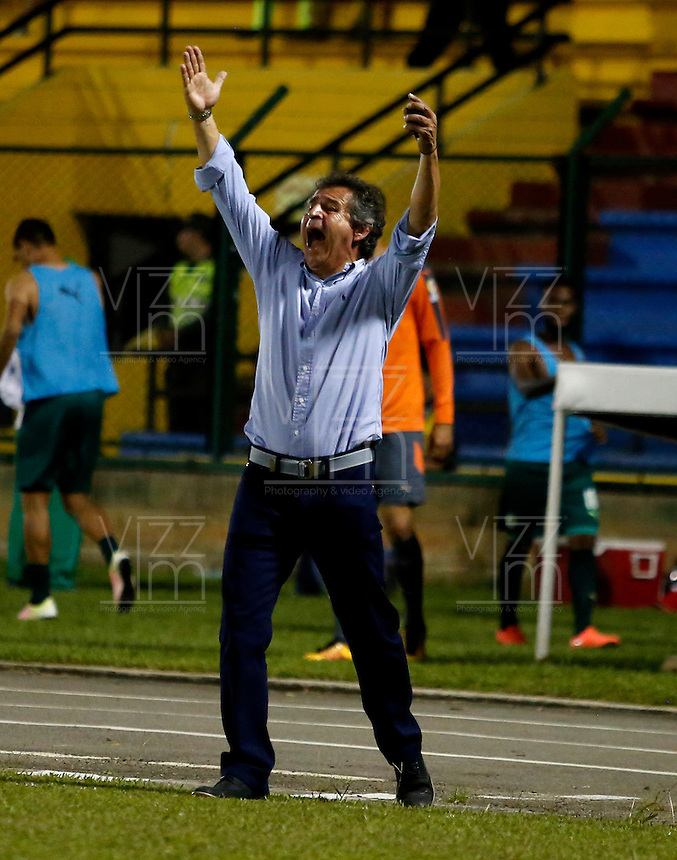 FLORIDABLANCA - COLOMBIA - 22 - 05 - 2016: Arturo Boyaca, técnico de La Equidad, durante partido entre Atletico Bucaramanga y La Equidad, por la fecha 19 de la Liga Aguila I-2016, jugado en el estadio Alvaro Gomez Hurtado de la ciudad de Floridablanca. / Arturo Boyaca, coach of La Equidad, during a match between Atletico Bucaramanga and La Equidad, for the date 19 of the Liga Aguila I-2016 at the Alvaro Gomez Hurtado Stadium in Floridablanca city Photo: VizzorImage  / Duncan Bustamante / Cont.