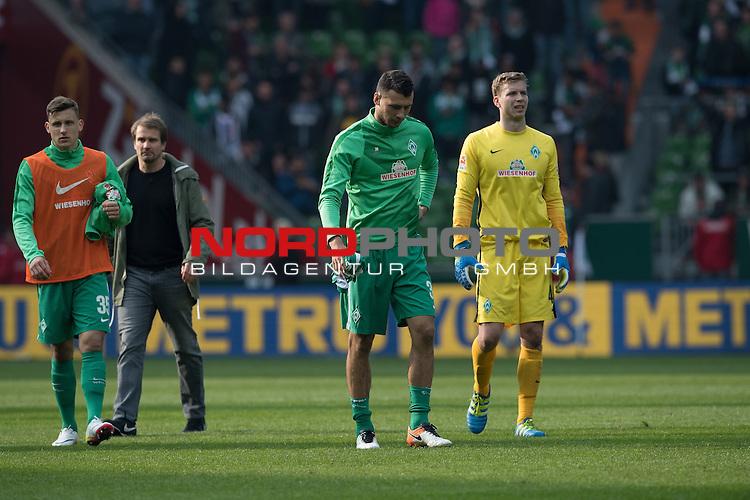 09.04.2016, Weser Stadion, Bremen, GER, 1.FBL. Werder Bremen vs FC Augsburg, im Bild<br /> <br /> entt&auml;uscht / enttaeuscht / traurig /<br /> Maximilian Eggestein (Bremen #35) <br /> Lukas Fr&ouml;de / Froede (Bremen #39)<br /> Felix Wiedwald (Bremen #42) <br /> <br /> Foto &copy; nordphoto / Kokenge