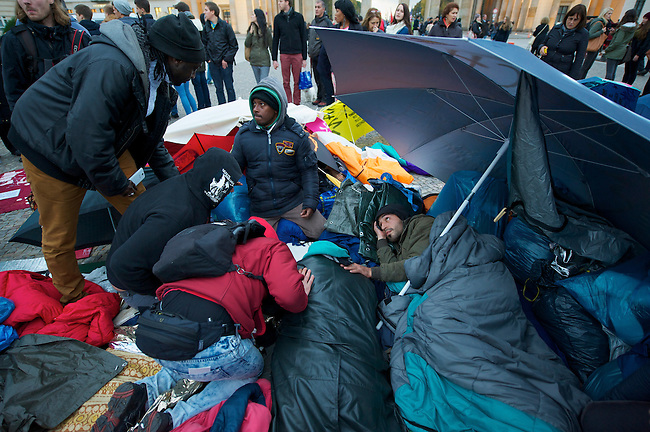 Seit Mittwoch den 9. Oktober 2013 befinden sich in Berlin etwa 2 dutzend Fluechtlinge vor dem Brandenburger Tor erneut im Hungerstreik.<br />Die Fluechtlinge fordern die Anerkennung ihrer Asylantraege und wollen den Hungerstreik so lange weiterfuehren bis ihre Forderung erfuellt wird.<br />Ein erster Hungerstreik im Winter wurde nach mehreren Wochen erfolglos beendet.<br />Hier: Der 8. Tag des Hungerstreiks und der dritte Tag des Durststreiks. Mindestens 19 Fluechtlinge wurden diesem Mittwoch den 16. Oktober 2013 in Krankenhaeuser gebacht nachdem sie zusammengebrochen sind.<br />Im Bild: Freiwillige Helfer und Fluechtlinge kuemmern sich um einen Hungerstreikenden, der das Bewusstsein verloren hat.<br />16.10.2013, Berlin<br />Copyright: Christian-Ditsch.de<br />[Inhaltsveraendernde Manipulation des Fotos nur nach ausdruecklicher Genehmigung des Fotografen. Vereinbarungen ueber Abtretung von Persoenlichkeitsrechten/Model Release der abgebildeten Person/Personen liegen nicht vor. NO MODEL RELEASE! Don't publish without copyright Christian Ditsch/version-foto.de, Veroeffentlichung nur mit Fotografennennung, sowie gegen Honorar, MwSt. und Beleg. Konto:, I N G - D i B a, IBAN DE58500105175400192269, BIC INGDDEFFXXX, Kontakt: post@christian-ditsch.de.<br />Urhebervermerk wird gemaess Paragraph 13 UHG verlangt.]