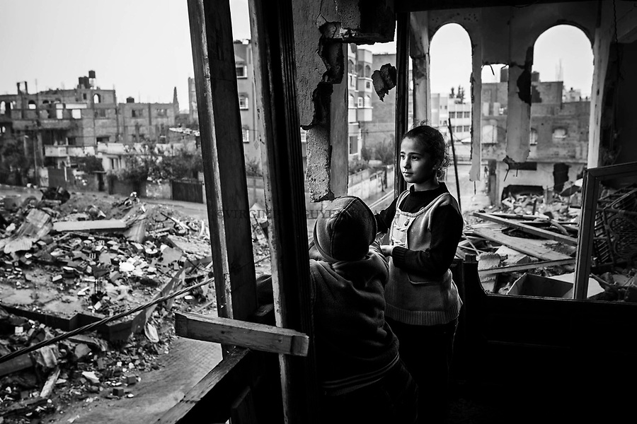 Gaza, Beit Hanoun: Shorouk Abu Ouda, 11 ans, regarde la pluie qui tombe sur les ruines de son quartier. 16/11/14<br /> <br /> Gaza, Beit Hanoun: Shorouk Abu Ouda, 11 years old,  is looking at the rain falling on the ruins of her neighborhood. 16/11/14
