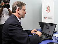 ATENCAO EDITOR: FOTO EMBARGADA PARA VEICULO INTERNACIONAL - SAO PAULO, SP, 14 DEZEMBRO 2012 - COLETIVA DE IMPRENSA DO MP SOBRE A PEC 37 -  O Procurador-Geral de justica de SP Marcio Fernando Elias Rosa assina  o abaixo assinado on-line contra a Proposta de Emenda a Constituicao conhecida como (PEC) 37, proposta conhecida como a PEC da impunidade que preve a Retirada do Poder de Investigacao criminosa de orgaos Como o Ministerio Publico e como comissoes parlamentares de Inquérito, na sede do ministerio publico de SP na região central da capital paulista nessa sexta, 14. (FOTO: LEVY RIBEIRO / BRAZIL PHOTO PRESS)