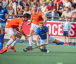 UTRECHT - Koen Visser (Kampong) met Sander 't Hart (Bldaal)  en Arthur van Doren (Bldaal)  tijdens de hoofdklasse competitiewedstrijd mannen, Kampong-Bloemendaal (2-2) .   COPYRIGHT KOEN SUYK