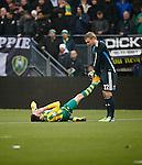 Nederland, Den Haag, 30 november 2014<br /> Eredivisie<br /> Seizoen 2014-2015<br /> ADO Den Haag-Ajax<br /> Jasper Cillessen (r.), keeper (doelman) van Ajax strekt het been van Michiel Kramer (l.) van ADO Den Haag.