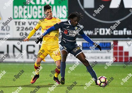 2016-11-12 / voetbal / seizoen 2016-2017 / Oosterzonen - Hasselt / Alfred Ouedraogo (r) (Hasselt) houdt Stef Vervoort (l) (Oosterzonen) af