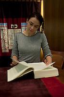 Francia, Parigi, Delphine Horvilleur, rabbino donna del MJLF (Movimento ebraico liberale di Francia - Mouvement Juif Liberal Français) nella sinagoga di Beaugrenelle  ritratto, sfogliando la Torah