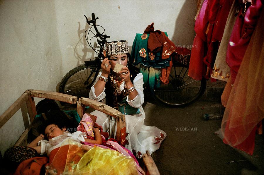 """1995. A Tajik dancer prepares herself for the show, during the 40th anniversary of the """"independence"""" of Taxkorgan Tajik Autonomous County. Une danseuse tadjike se prépare pour le spectacle lors du 40e anniversaire de """"l'indépendance"""" du comté autonome tadjik de Taxkorgan."""