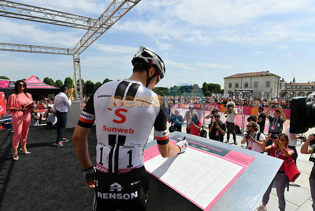 Tom Dumoulin (NED) Team Sunweb at sign on before the start of Stage 19 of the 2018 Giro d'Italia, running 185km from Venaria Reale to Bardonecchia featuring the Cima Coppi of this Giro, the highest climb on the Colle delle Finestre with its gravel roads, before finishing on the final climb of the Jafferau, Italy. 25th May 2018.<br /> Picture: LaPresse/Gian Mattia D'Alberto | Cyclefile<br /> <br /> <br /> All photos usage must carry mandatory copyright credit (© Cyclefile | LaPresse/Gian Mattia D'Alberto)