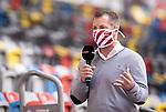 nph00351: Fussball, 1. Bundesliga, Saison 19/20, 26. Spieltag, Fortuna Düsseldorf - FC Paderborn 07, 16.05.2020:<br /> Sky-Reporter Dirk große Schlarmann mit Mundschutz<br />  <br /> <br /> Nur für journalistische Zwecke! Only for editorial use!<br /> <br /> Gemäß den Vorgaben der DFL Deutsche Fußball Liga ist es untersagt, in dem Stadion und/oder vom Spiel angefertigte Fotoaufnahmen in Form von Sequenzbildern und/oder videoähnlichen Fotostrecken zu verwerten bzw. verwerten zu lassen. DFL regulations prohibit any use of photographs as image sequences and/or quasi-video. <br /> <br /> Foto: Moritz Müller/Pool / via Meuter/nordphoto