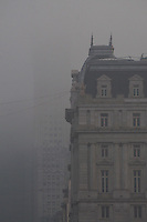 BUENOS AIRES, ARGENTINA, 11 JUNHO 2013 - BUENOS AIRES - Forte neblina é vista sobre a cidade de Buenos Aires, capital da Argentina, nesta terça-feira, 11. Diversos voos foram cancelados nos dois aeroportos da cidade. (FOTO: PATRICIO MURPHY / BRAZIL PHOTO PRESS).