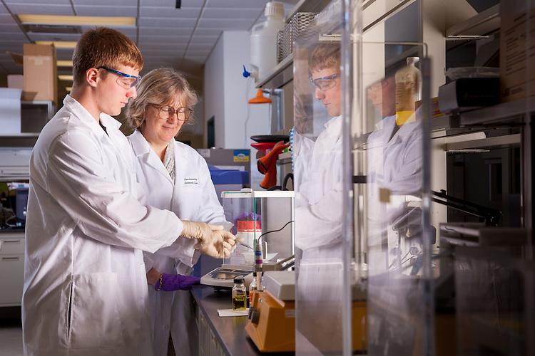 Professor Jennifer V.Hines, right, Biochemistry Research Facility Ohio University. © Ohio University / Photo by Jonathan Adams