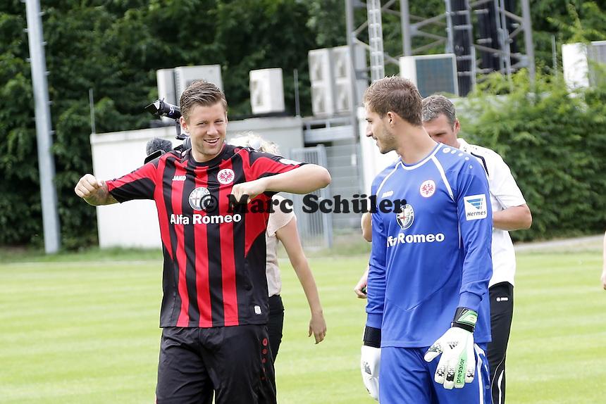 Marco Russ und Kevin Trapp (Eintracht) kommen zum Fototermin - Eintracht Frankfurt Mannschaftsfoto 2013/14