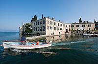 Italy, Veneto, Lake Garda, near Garda, Punta San Vigilio: headland with Locanda San Vigilio and small harbour | Italien, Venetien, Gardasee, bei Garda, Punta San Vigilio: Landzunge mit der Locanda San Vigilio und kleinem Hafen