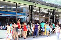 """HAVANA, CUBA, 15.09.2016 – ABERTURA-ECONÔMICA – Publico em  fila e lista de espera, após a divulgação da abertura econômica em Cuba, algumas lojas com produtos de limpeza e higiene pessoal são inauguradas como """"boutiques"""" nas principais cidades cubanas.(Foto: Ricardo Botelho/Brazil Photo Press)"""