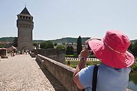 Europe/Europe/France/Midi-Pyrénées/46/Lot/Cahors: Touriste sur le Pont Valentré