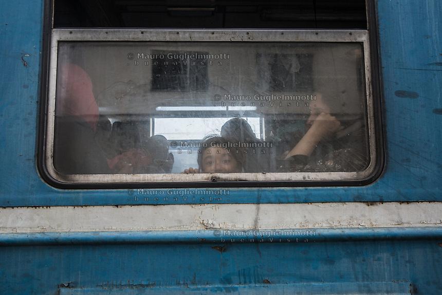 Una bambina guarda dal finestrino del treno <br /> A migrant girlooking from the train window