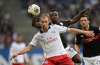 FUSSBALL   1. BUNDESLIGA   SAISON 2013/2014   9. SPIELTAG Hamburger SV - VfB Stuttgart                               20.10.2013 Maximilian Beister (li, Hamburger SV) vor Arthur Boka (VfB Stuttgart)