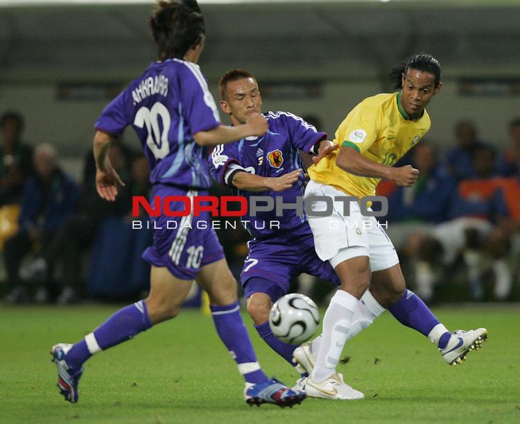 FIFA WM 2006 -  Gruppe F Vorrunde ( Group AF)<br /> Play   #43 (22-Jun) - Japan vs Brasilien 1:4<br /> <br /> Ronaldinho (rechts) von Brasilien gegen  Hidetoshi Nakata (Mitte) und Keji Tamada (links) von Japan.<br /> <br /> Foto &copy; nordphoto