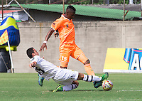 ENVIGADO - COLOMBIA -18 -10-2015: Jony Gonzalez (Der.) jugador de Envigado FC disputa el balón con Juan P Nieto (Izq.) jugador de Alianza Petrolera, durante partido por la fecha 16 entre Envigado FC y Cucuta Deportivo, de la Liga Aguila II-2015, en el estadio Polideportivo Sur de la ciudad de Envigado. / Jony Gonzalez (R) player of Envigado FC fight for the ball with Juan P Nieto (L) player of Alianza Petrolera, during a match of the 16 date between Envigado FC and Alianza Petrolera, for the Liga Aguila II -2015 at the Polideportivo Sur stadium in Envigado city. Photo: VizzorImage. / Leon Monsalve / Str.
