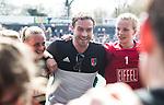 AMSTELVEEN - Hockey - Hoofdklasse competitie dames. AMSTERDAM-DEN BOSCH (3-1) coach Rick Mathijssen (A'dam) met keeper Anne Veenendaal (A'dam) en Charlotte Vega (A'dam)   COPYRIGHT KOEN SUYK