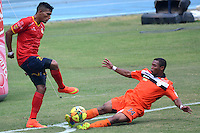 BARRANQUIILLA -COLOMBIA-6-AGOSTO-2014. Olger Venecia  (Der ) de Real Cartagena disputa el balon con Cristian Fernandez  de Uniautonoma , partido de la Copa Postobon septima fecha disputado en el estadio Metroplitano. / Olger Venecia (R) of Real Cartagena dispute the ball with  Cristian Fernandez  Uniaut—noma , party date Postobon seventh Cup match at the Metropolitano stadium   Photo: VizzorImage / Alfonso Cervantes / Stringer