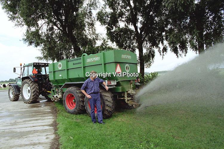 Foto: VidiPhoto..ALMKERK - Het lukt veehouder Jan Treur uit Almkerk maar niet om een vergunning te krijgen voor zijn uitvinding, de milieuvriendelijke Duospray. De giertank bestaat uit twee delen: een voor water en een voor mest, met ieder hun eigen sproeikop. Door gelijktijdig het water over de mest te sproeien, wordt de ammoniakuitstoot met 75 procent verminderd. Voordeel boven de nu gebruikte sleepvoetmethode is dat de stikstof direct werkt, waardoor het gras .sneller groeit. Bovendien blijven de nesten van weidevogels bij het uitrijden gespaard. Het ministerie van landbouw is echter bang dat boeren beide tanks .vullen met mest en weigert de giertank goed te keuren.